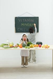 野菜について考える子供達の写真素材 [FYI04927036]