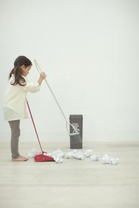 掃除をする子供の写真素材 [FYI04927038]