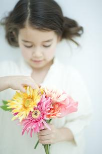 花束を持った子供の写真素材 [FYI04927042]