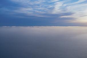 旅客機の窓からの夕景の写真素材 [FYI04927127]