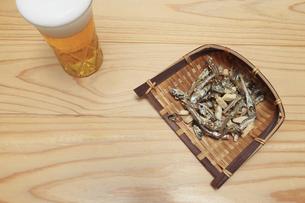 ザルにもったアーモンド小魚の写真素材 [FYI04927142]