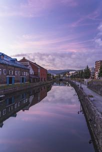 朝焼けと小樽運河の写真素材 [FYI04927307]