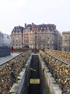 パリ ポンヌフ 恋人たちの聖地 小さな鍵に刻まれた愛のメッセージの写真素材 [FYI04928085]