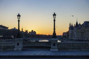 パリ ポンヌフからセーヌ川の朝焼け(マジックアワー)の写真素材 [FYI04928100]