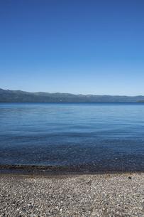 青い静かな湖 屈斜路湖の写真素材 [FYI04928109]