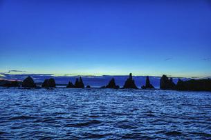 夜明けの橋杭岩(和歌山県東牟婁郡串本町)の写真素材 [FYI04928208]