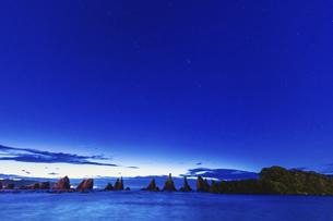 夜明けの橋杭岩,長時間露光(和歌山県東牟婁郡串本町)の写真素材 [FYI04928209]