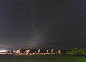 橋杭岩の夜景(和歌山県東牟婁郡串本町)の写真素材 [FYI04928212]