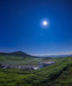 熊本県 風景 月光が照らす草千里ヶ浜と星空の写真素材 [FYI04928225]