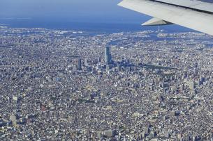 飛行機の窓から大阪の風景の写真素材 [FYI04928631]