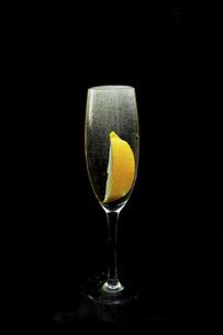 黒背景のグラスに注がれた炭酸水とレモンの写真素材 [FYI04928713]