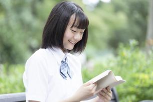 読書をする女子高生の写真素材 [FYI04928782]