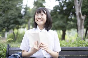 読書をする女子高生の写真素材 [FYI04928785]