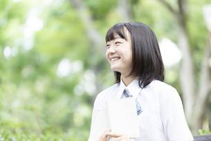 読書をする女子高生の写真素材 [FYI04928786]