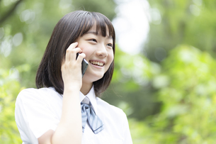 電話をする女子高生の写真素材 [FYI04928791]