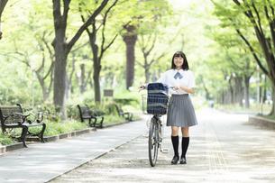 自転車を押して歩く女子高生の写真素材 [FYI04928802]