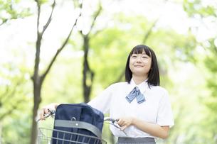 自転車を押して歩く女子高生の写真素材 [FYI04928804]