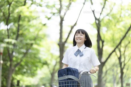 自転車に乗る女子高生の写真素材 [FYI04928806]