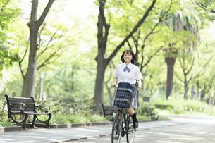 自転車に乗る女子高生の写真素材 [FYI04928808]
