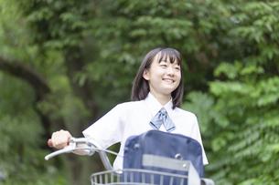 自転車を押して歩く女子高生の写真素材 [FYI04928812]