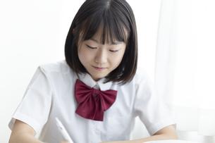 授業を受ける女子高生の写真素材 [FYI04928816]