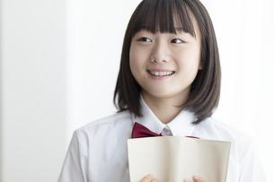 本を抱える女子高生の写真素材 [FYI04928845]