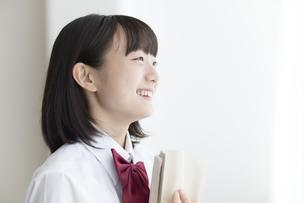 本を抱える女子高生の写真素材 [FYI04928849]