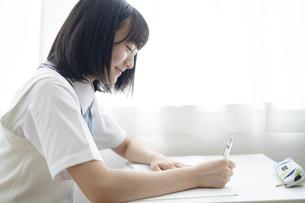 授業を受ける女子高生の写真素材 [FYI04928856]