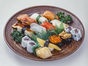 大皿に盛られたにぎり寿司の写真素材 [FYI04928871]