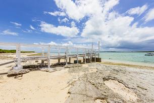 嘉弥真島の浮桟橋と貴重なビーチロックの写真素材 [FYI04928893]