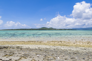 八重山諸島では貴重となった嘉弥真島のビーチロックの写真素材 [FYI04928902]