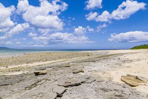 八重山諸島では貴重となった嘉弥真島のビーチロックの写真素材 [FYI04928904]