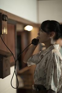 古民家 - デルビル磁石式壁掛電話機の写真素材 [FYI04928962]