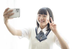 自撮りをする女子高生の写真素材 [FYI04929103]
