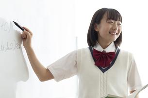問題を解く女子高生の写真素材 [FYI04929119]
