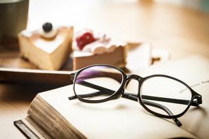 本とメガネの写真素材 [FYI04929211]