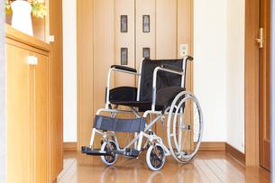 車椅子とホームエレベーターの写真素材 [FYI04929221]