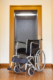 車椅子とホームエレベーターの写真素材 [FYI04929223]
