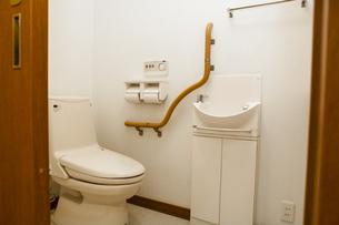 手摺りの付いたトイレの写真素材 [FYI04929225]