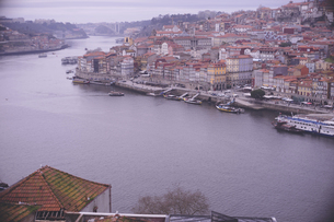 ポルトガル ポルトのドン・ルイス1世橋からドゥエロ川と歴史地区の街並みの眺望の写真素材 [FYI04929436]