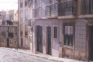 ポルトガル ポルト歴史地区の外壁タイルが美しい街並みの写真素材 [FYI04929440]