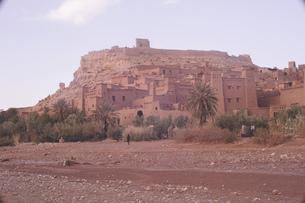 モロッコ ワルザザード近郊の世界遺産アイット・ベン・ハドゥの集落の絶景の写真素材 [FYI04929452]
