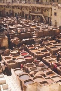 モロッコの世界遺産迷宮都市フェズ旧市街のタンネリ;伝統工芸の皮なめし染色工場の写真素材 [FYI04929546]
