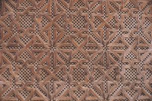 モロッコの世界遺産迷宮都市フェズ旧市街ブー・イナーニーヤ・マドラサの幾何学模様の美しい木製の門の写真素材 [FYI04929550]