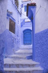 モロッコの人気観光地シェフシャウエン旧市街青の街のフォトジェニックな街並みの写真素材 [FYI04929558]