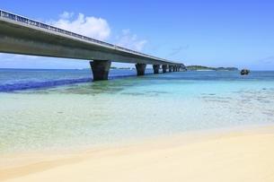 沖縄・宮古島 池間大橋と海の写真素材 [FYI04929581]