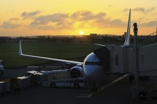沖縄・宮古島 夕日と飛行機の写真素材 [FYI04929631]