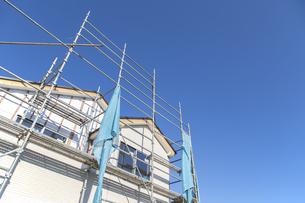 コピースペースのある青空を背景にした建設中の木造一戸建て住宅、背景,素材の写真素材 [FYI04930044]