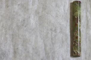 文鎮を置いた和紙の画像の写真素材 [FYI04930057]