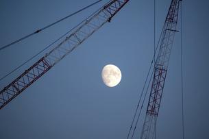 夕暮れの空の月とクレーンの写真素材 [FYI04930112]
